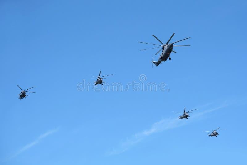 莫斯科,俄罗斯- 2018年5月9日:俄国军事运输直升机米-26和四架运输攻击直升机Mi8终止者我 免版税库存图片