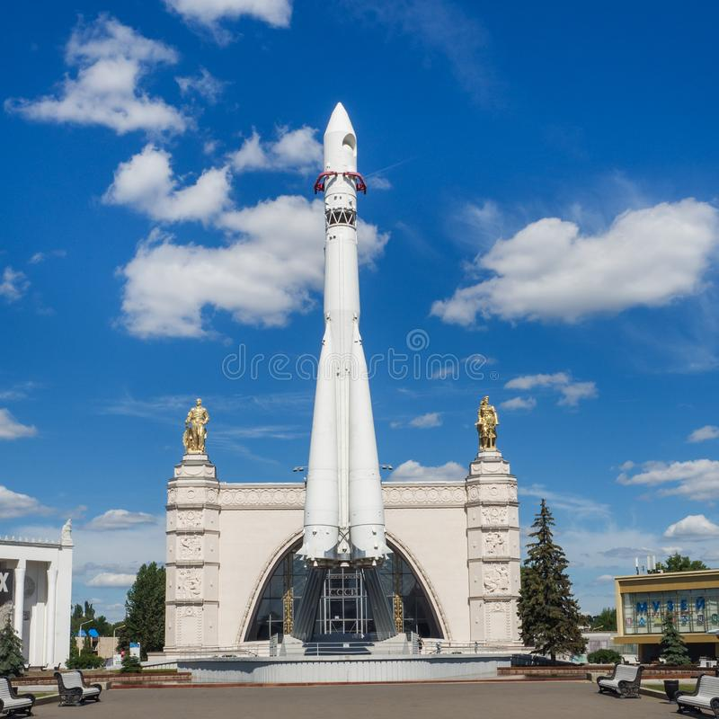 莫斯科,俄罗斯- 2019年6月24日:俄国太空飞船东方一号,第一枚苏联火箭的纪念碑在VDNH的 航天学在苏联, 库存照片