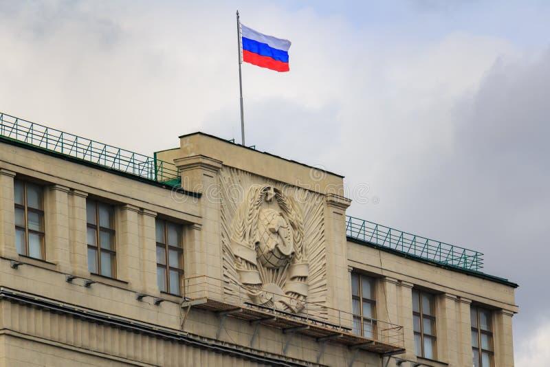 莫斯科,俄罗斯- 2018年9月30日:俄罗斯联邦的杜马大厦屋顶有挥动的俄罗斯的国旗 库存照片