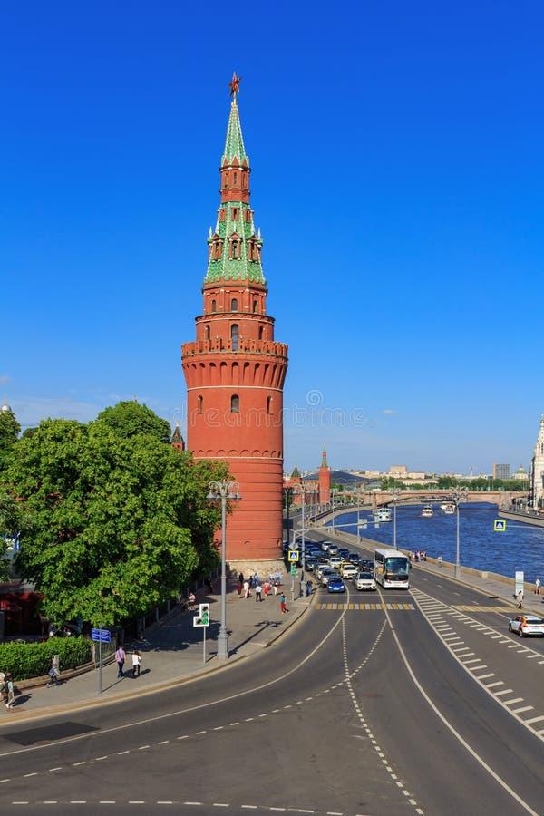 莫斯科,俄罗斯- 2018年5月27日:克里姆林宫和Kremlevskaya堤防Vodovzvodnaya塔  从Bol ` shoy Kamennyy brid的看法 库存照片