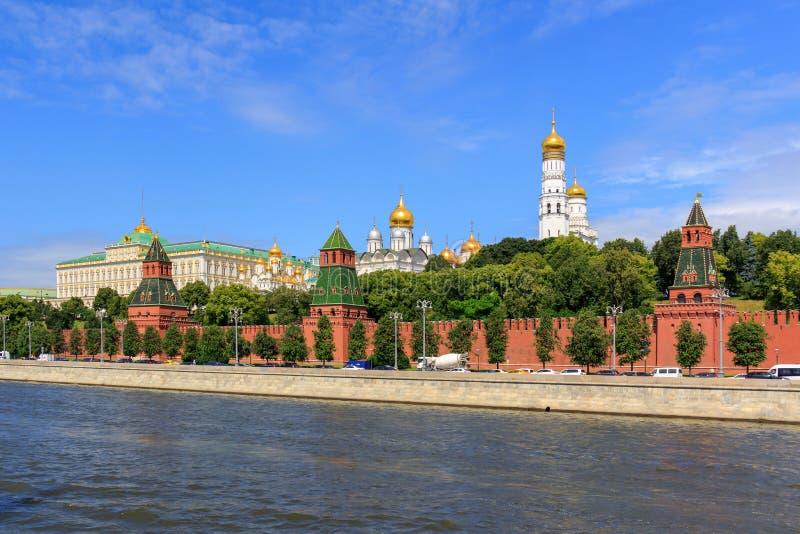 莫斯科,俄罗斯- 2018年6月21日:克里姆林宫建筑学Moskva河背景的在晴朗的早晨 库存照片