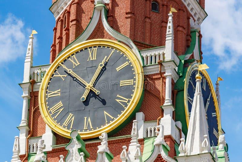 莫斯科,俄罗斯- 2019年6月02日:克里姆林宫特写镜头Spasskaya塔编钟时钟在天空蔚蓝背景的在好日子 免版税库存图片