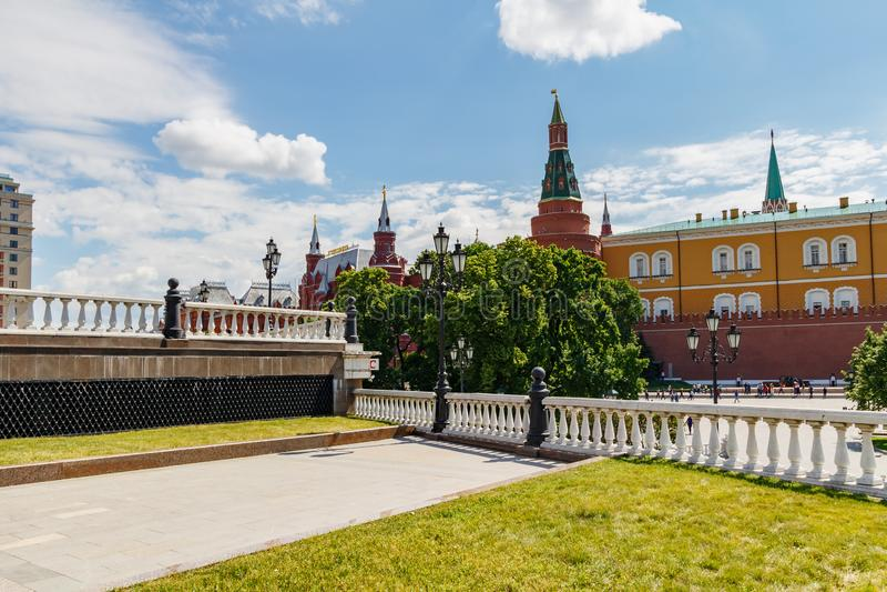 莫斯科,俄罗斯- 2019年6月02日:克里姆林宫看法从驯马场广场的反对天空蔚蓝在晴朗的夏天早晨 库存图片