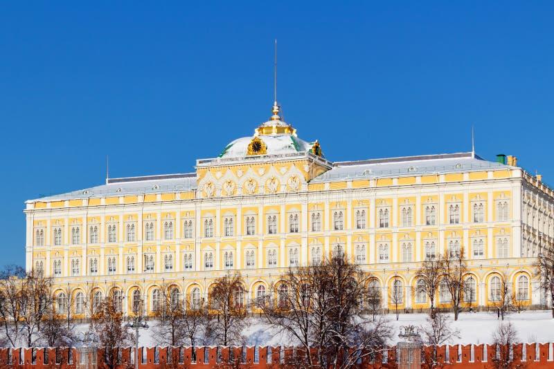 莫斯科,俄罗斯- 2018年2月01日:反对蓝天的盛大克里姆林宫宫殿晴朗的冬日 莫斯科冬天 免版税库存图片