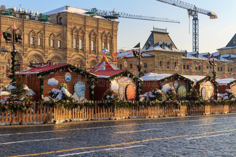莫斯科,俄罗斯- 2018年2月14日:商业亭子在红场的圣诞节市场上在莫斯科 图库摄影