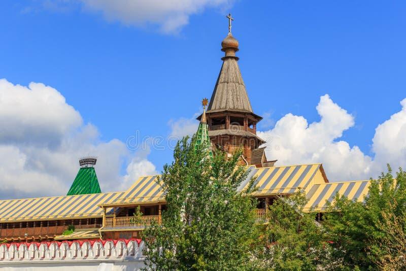 莫斯科,俄罗斯- 2018年8月06日:圣尼古拉斯教会在蓝天背景的Izmailovo克里姆林宫 文化和娱乐 库存图片