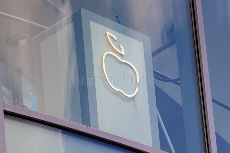 莫斯科,俄罗斯- 2019年6月02日:在办公楼后玻璃窗的发光的苹果公司商标  免版税库存照片