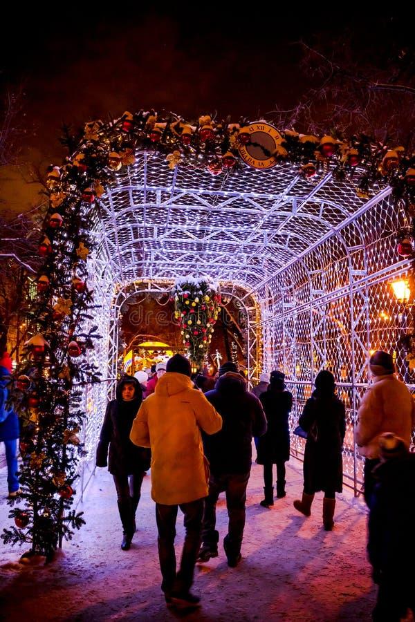莫斯科,俄罗斯- 2016年1月7日:在圣诞节的Tverskoy大道在莫斯科 轻的隧道 免版税库存图片