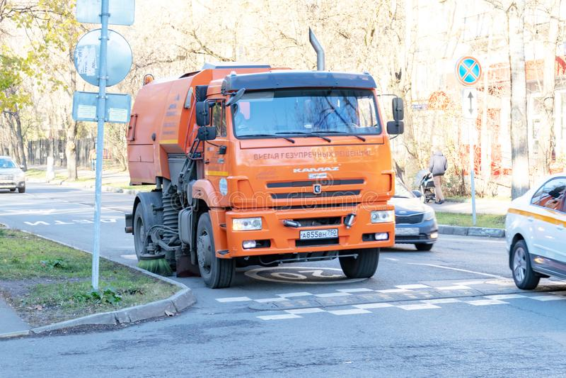 莫斯科,俄罗斯- 2018年11月05日:在城市街道的橙色浇灌的和清洗的机器 免版税库存照片