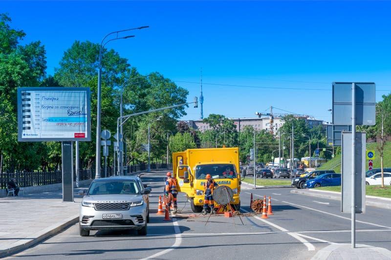 莫斯科,俄罗斯- 2019年5月18日:在清洗下水管道系统的工作 免版税图库摄影