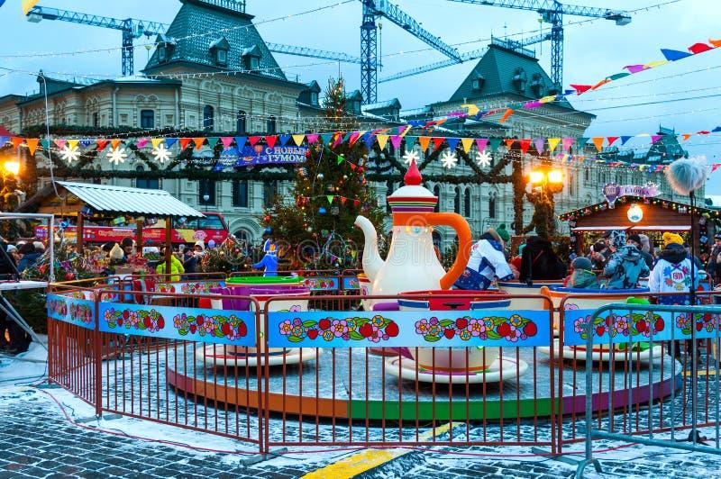 莫斯科,俄罗斯- 2017年12月23日:在红场的转盘在胶前面 新年和圣诞节市场和 库存照片