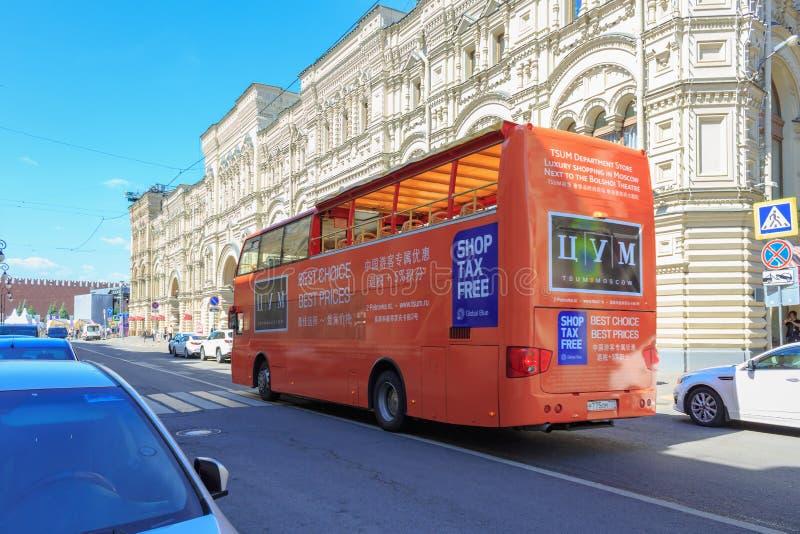莫斯科,俄罗斯- 2018年6月03日:在胶百货商店附近的游览车在Il ` inka街道上在莫斯科 免版税库存图片