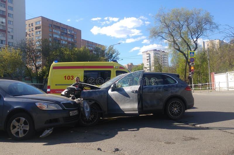 莫斯科,俄罗斯- 2019年4月14日:在路的路交通事故 两车祸入彼此 保时捷受打击大的卡宴 免版税库存照片
