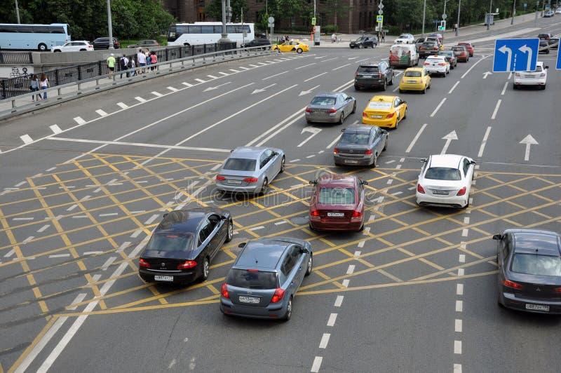 莫斯科,俄罗斯- 2019年6月2日:在路的NNo停车处黄色发怒区域标志,沥青表面 免版税库存图片