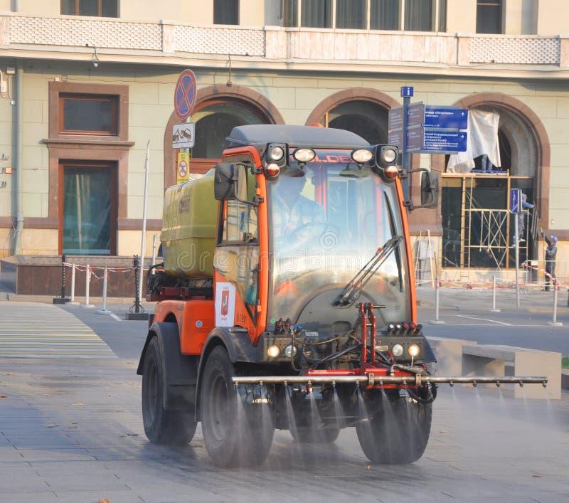 莫斯科,俄罗斯- 2018年10月19日:在边路的共同汽车工作 免版税库存照片