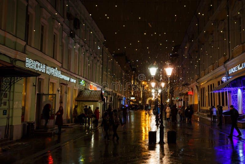 莫斯科,俄罗斯- 2016年11月4日:夜都市风景、圣诞节走装饰、的人们,街灯和雪 图库摄影