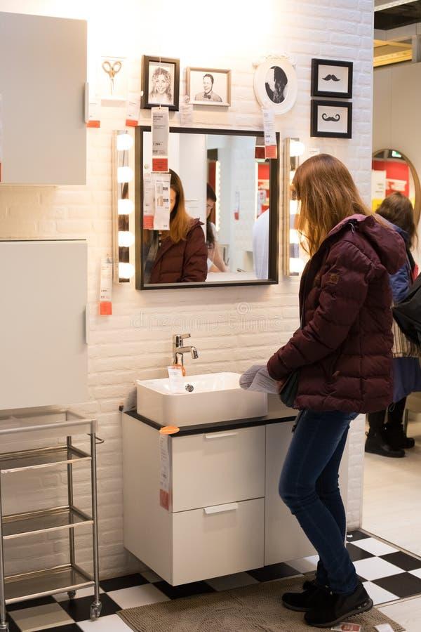 莫斯科,俄罗斯- 2018年3月25日:妇女选择现代家具F 库存图片