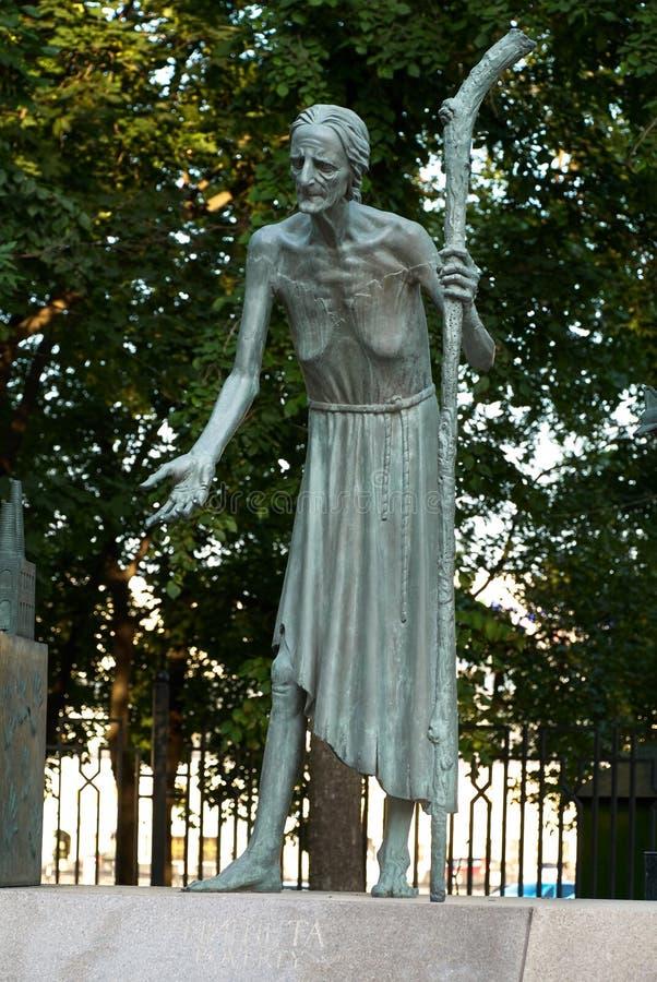 莫斯科,俄罗斯- 2008年7月24日:孩子是成人恶习的受害者是俄国艺术家创造的一个小组铜雕塑 图库摄影