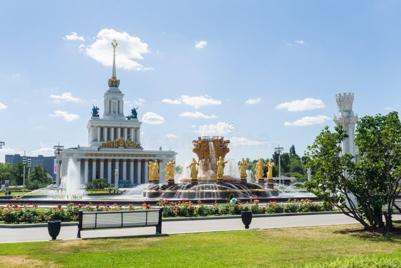 莫斯科,俄罗斯- 2019年6月24日:对人和中央亭子友谊喷泉的看法VDNKH的 库存图片