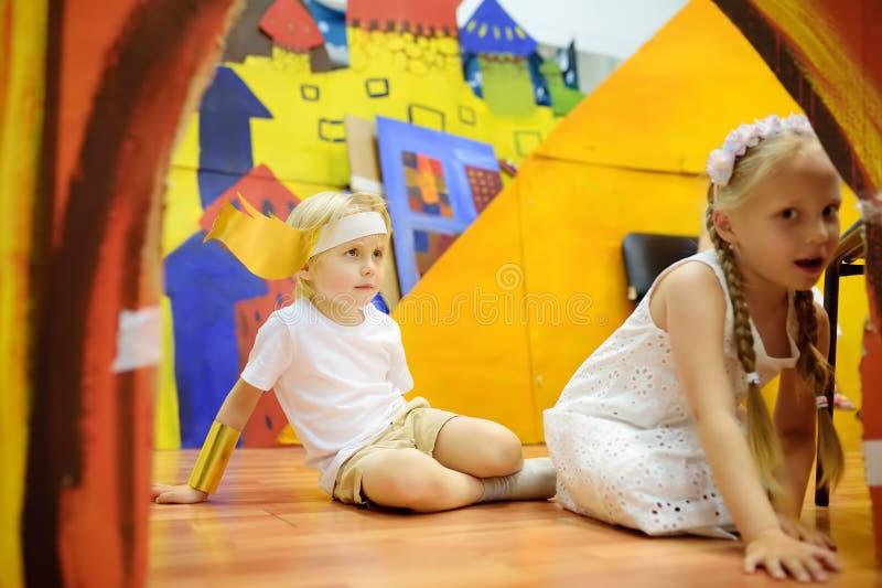 莫斯科,俄罗斯- 2019年5月25日:小孩获得在戏曲类或剧院演播室的乐趣 演奏希腊英雄的孩子 免版税库存照片