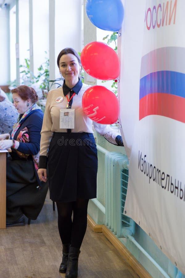 莫斯科,俄罗斯- 2018年3月18日:投票站的雇员 库存照片