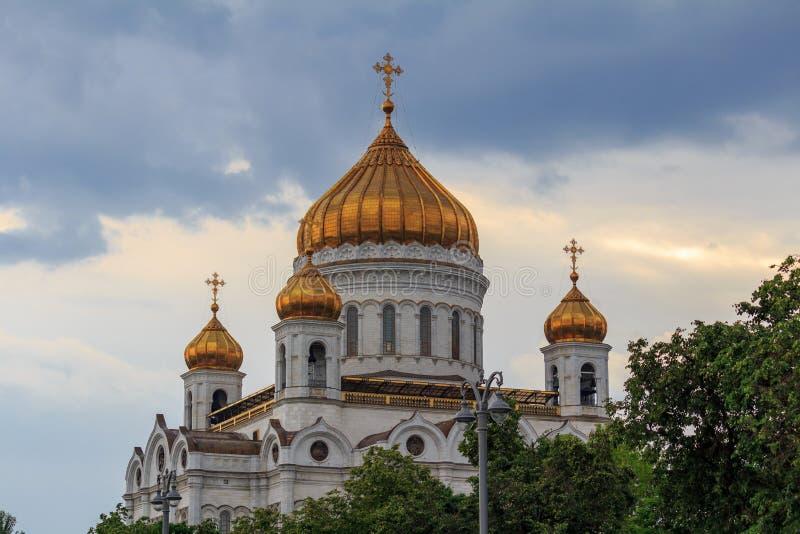 莫斯科,俄罗斯- 2018年6月19日:救世主大教堂金黄圆顶在反对剧烈的天空的莫斯科 免版税库存图片