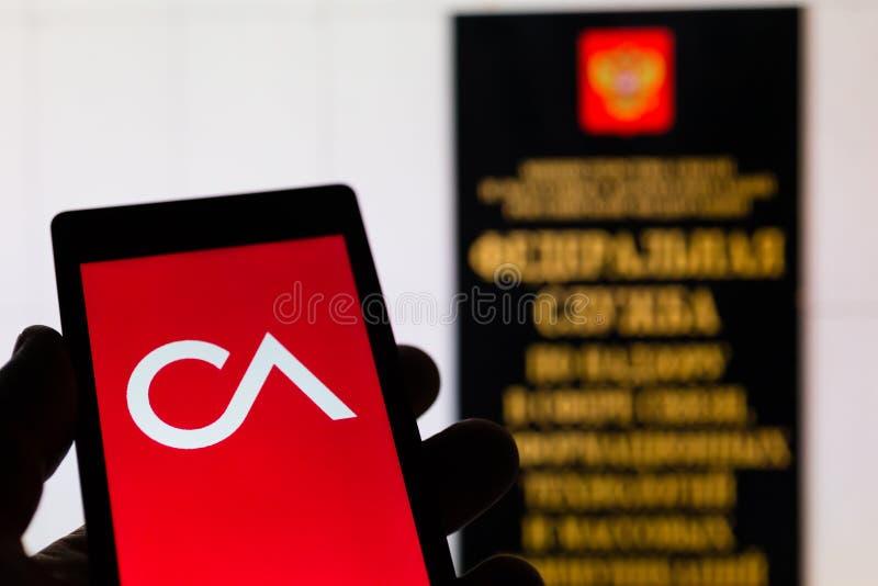 莫斯科,俄罗斯- 2018年5月9日:智能手机在手中有剑桥Analytica商标的臭名昭著在个人数据以后漏出  免版税库存图片
