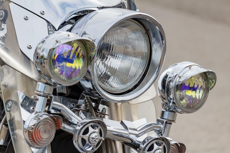 莫斯科,俄罗斯- 2019年5月04日:有哈利戴维森摩托车特写镜头方向标的Chrome车灯  r 库存照片
