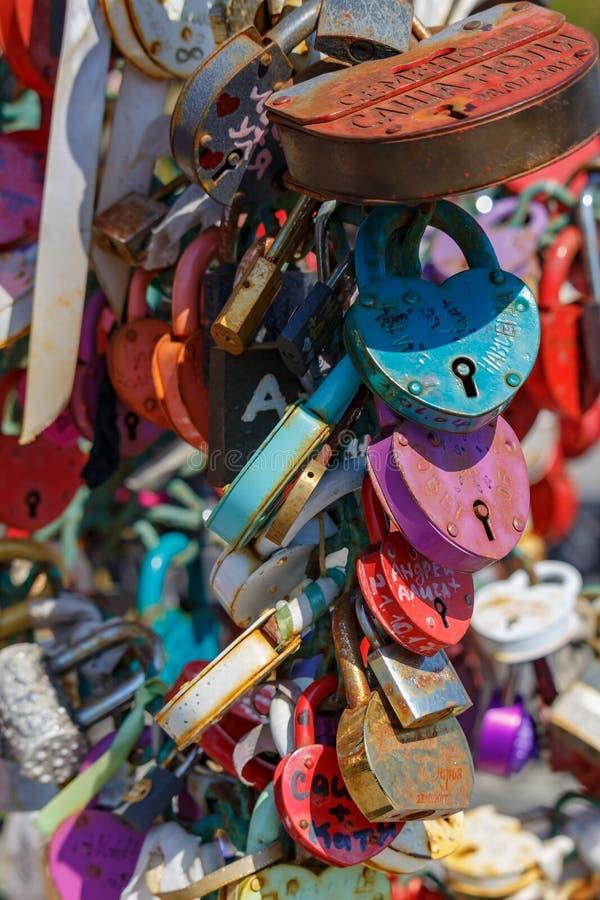 莫斯科,俄罗斯- 2019年5月01日:有新婚佳偶的名字的挂锁爱树的在Tretyakovskiy桥梁卢日科夫桥梁的 免版税库存图片