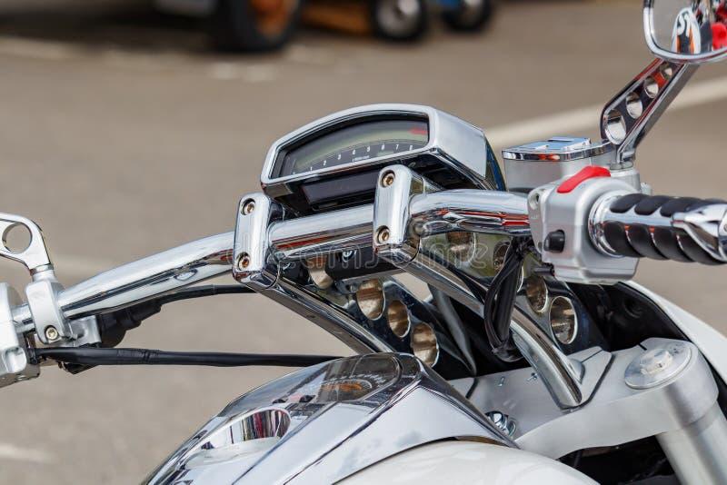 莫斯科,俄罗斯- 2019年5月04日:有铃木大道M109R电子电子车头表的被镀铬的把手cruize摩托车 库存照片