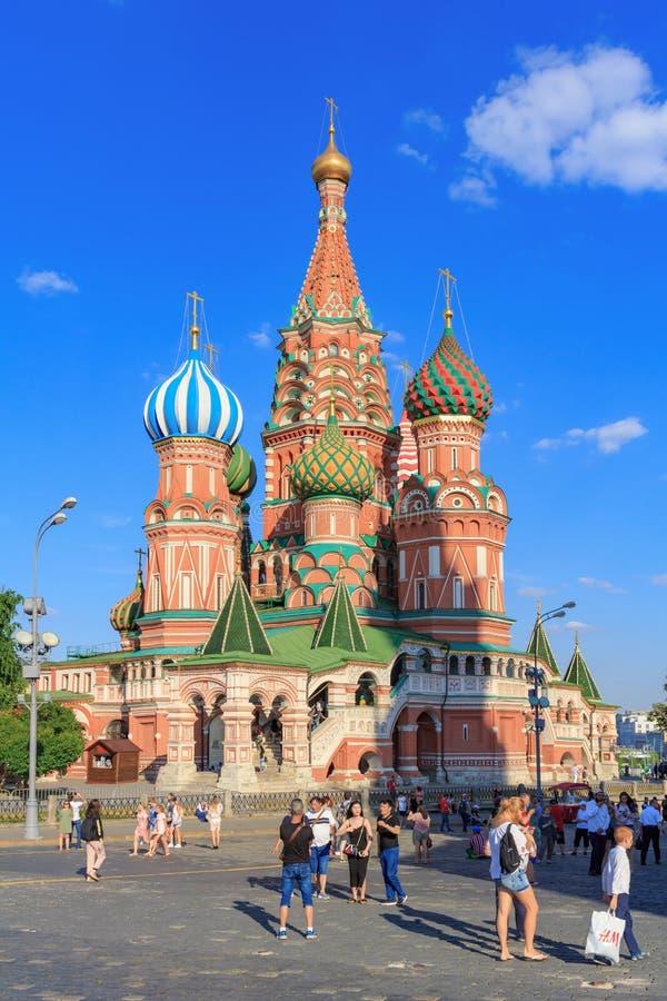 莫斯科,俄罗斯- 2018年6月28日:游人拍照片反对圣红场的蓬蒿大教堂在一晴朗的夏天eveni的莫斯科 库存照片