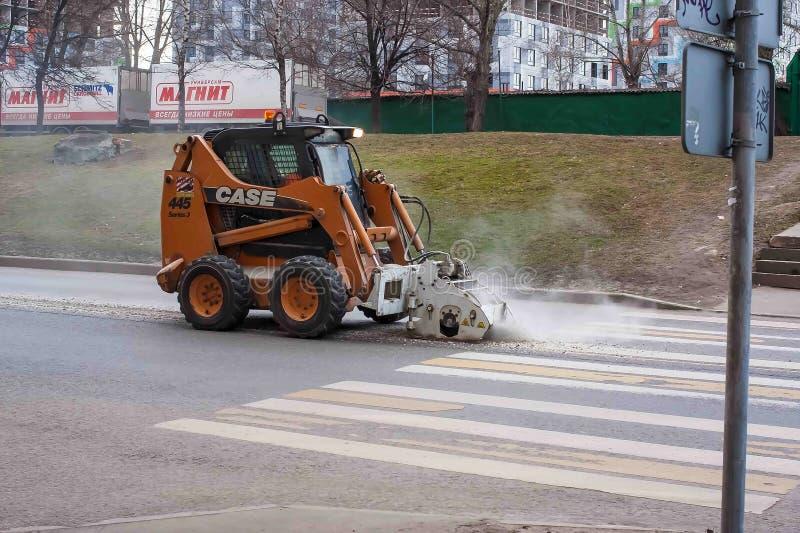 莫斯科,俄罗斯- 2019年4月13日:特别设备 微型装载者用于从路取消沥青 沥青裁减 库存图片