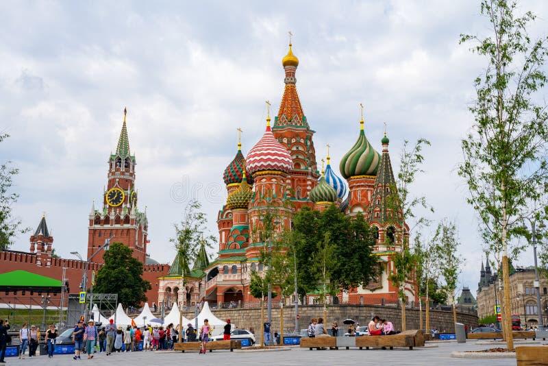 莫斯科,俄罗斯- 2019年6月04日:红场的看法在莫斯科,从公园Zaryadye的俄罗斯 游人在正方形走 Unes 免版税库存照片