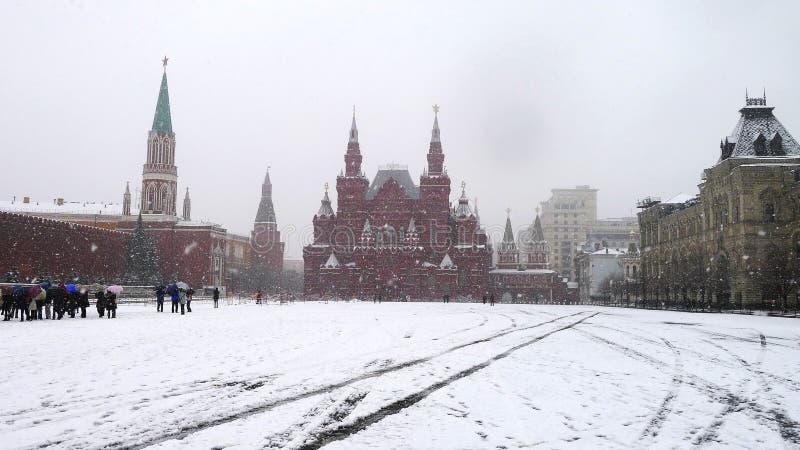 莫斯科,俄罗斯- 2011年4月09日:红场,俄罗斯的状态历史博物馆看法多雪的天气的 旅行 免版税图库摄影