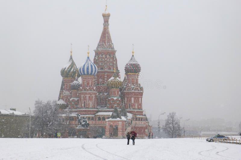 莫斯科,俄罗斯- 2011年4月09日:红场,圣Basil's大教堂看法多雪的天气的 旅行 库存照片