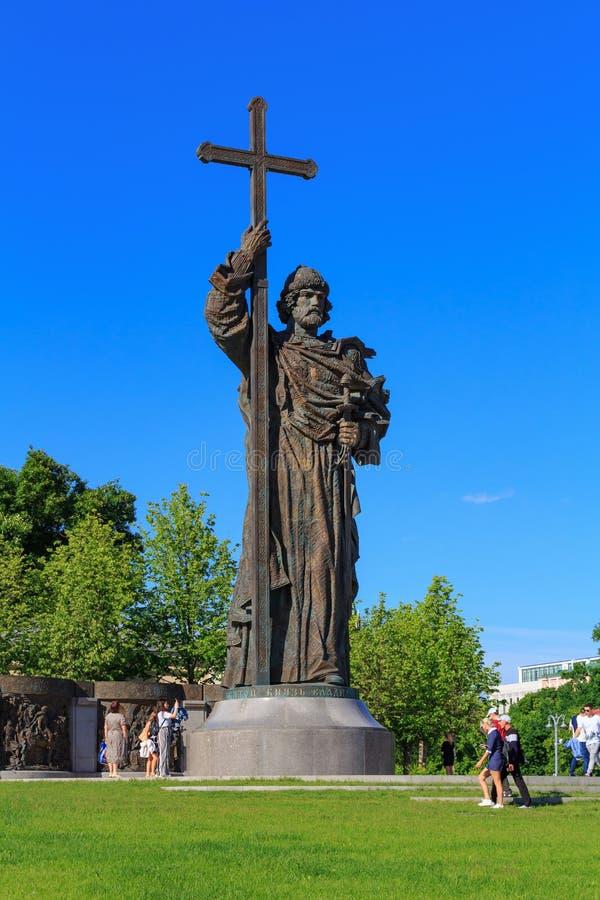 莫斯科,俄罗斯- 2018年5月27日:纪念碑看法对弗拉基米尔王子的从Borovitskaya广场在晴朗的晚上 免版税库存照片