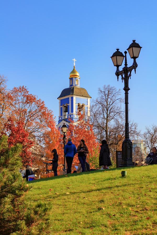 莫斯科,俄罗斯- 2018年10月17日:艺术家在Tsaritsyno公园绘画在象的教会背景的莫斯科  库存图片