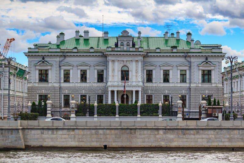 莫斯科,俄罗斯- 2018年9月30日:英国的大使的住所在反对天空蔚蓝的莫斯科与灰色云彩在 免版税图库摄影