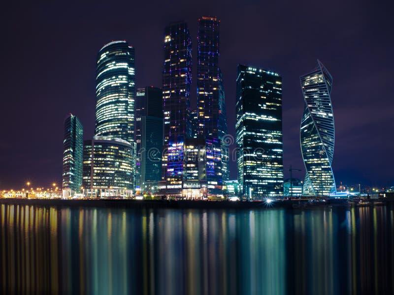 莫斯科,俄罗斯- 2018年4月21日:莫斯科国际商业中心的夜视图,莫斯科,俄罗斯 免版税库存图片