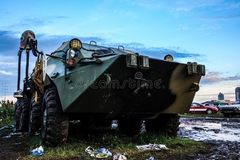 莫斯科,俄罗斯- 2019年5月25日:被转动的两栖装甲运兵车Btr在领域 免版税库存照片