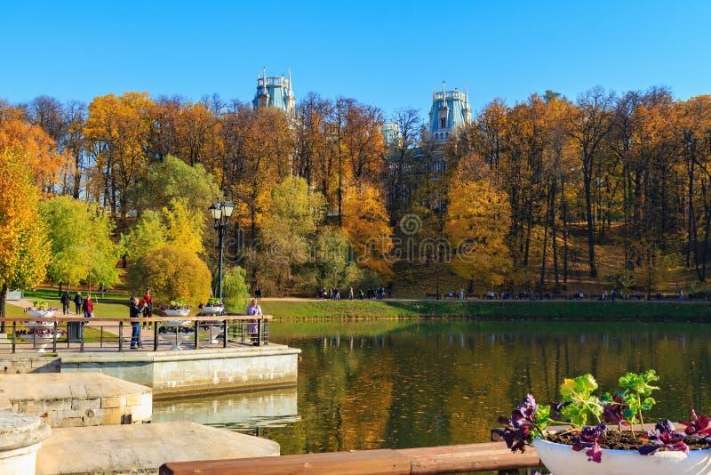莫斯科,俄罗斯- 2018年10月17日:走在池塘岸的人们在Tsaritsyno公园在莫斯科晴朗的秋天天 库存图片