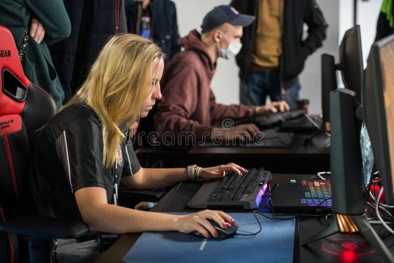 莫斯科,俄罗斯- 2018年10月27日:震中柜台罢工:全球性进攻esports事件 女性游戏玩家肯笙妮雅vilga 库存图片