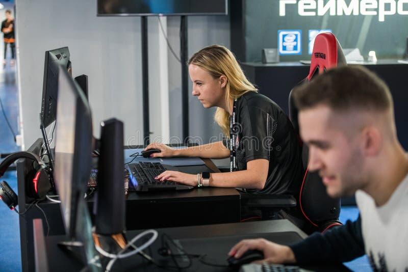 莫斯科,俄罗斯- 2018年10月27日:震中柜台罢工:全球性进攻esports事件 女性游戏玩家肯笙妮雅vilga 免版税库存照片