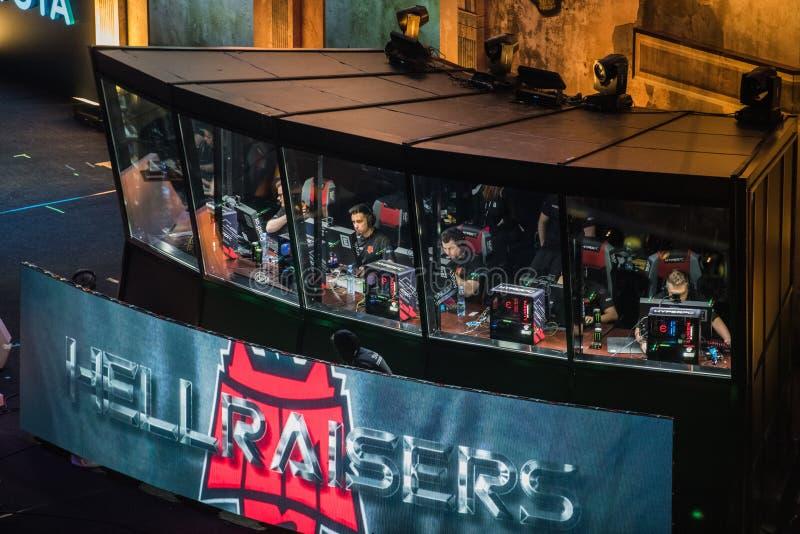 莫斯科,俄罗斯- 2018年10月27日:震中柜台罢工:全球性进攻esports事件 有队的球员的摊 免版税库存图片