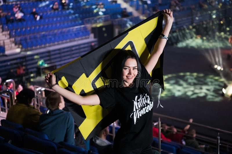 莫斯科,俄罗斯- 2018年10月27日:震中柜台罢工:全球性进攻esports事件 论坛的愉快的女孩爱好者 免版税库存照片