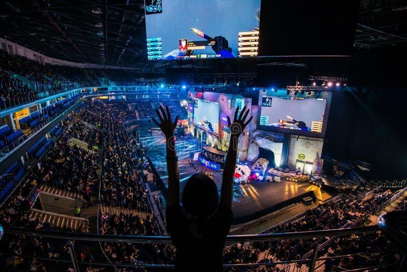 莫斯科,俄罗斯- 2018年10月27日:震中柜台罢工:全球性进攻esports事件 论坛的愉快的女孩爱好者 库存图片