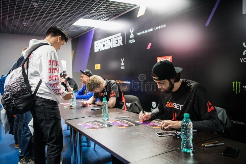 莫斯科,俄罗斯- 2018年10月27日:震中柜台罢工:全球性进攻esports事件 队Avangar球员 库存图片