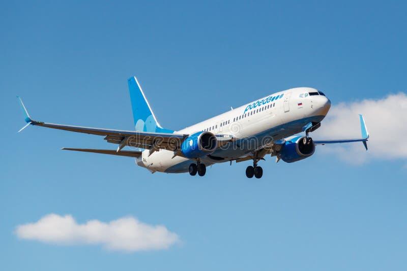 莫斯科,俄罗斯- 2019年4月03日:飞机努力去做登陆的波音737-8ALWL波别达山航空公司VP-BPS反对天空蔚蓝在伏努科沃 免版税库存照片