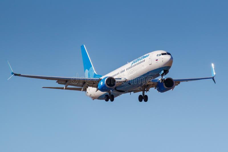 莫斯科,俄罗斯- 2019年4月03日:飞机努力去做登陆的波音737-8ALWL波别达山航空公司VP-BPS反对天空蔚蓝在伏努科沃 库存照片