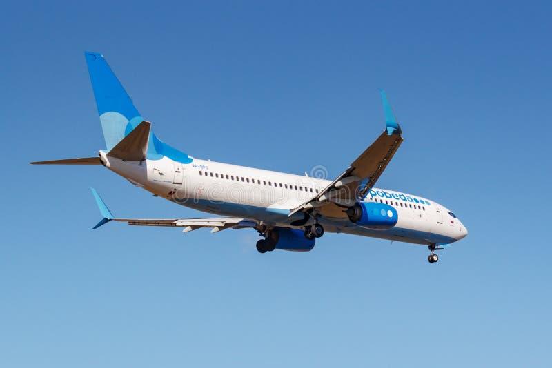 莫斯科,俄罗斯- 2019年4月03日:飞机努力去做登陆的波音737-8ALWL波别达山航空公司VP-BPS反对天空蔚蓝在伏努科沃 图库摄影